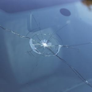 Pourquoi réparer au plus vite les fissures de pare-brise ?